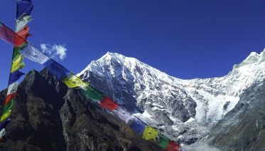 Langtang trek in nepal - make a price comparison and reviews the Buddhist lama carrying